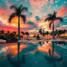 The view of sunset from your pool chair at this resort will leave you completely captivated! Escape to Maui, Hawaii with us / Link in bio . Sky Aesthetic, Travel Aesthetic, Aesthetic Backgrounds, Aesthetic Wallpapers, Cool Pictures, Beautiful Pictures, Pretty Photos, Beautiful Beautiful, Beautiful Islands