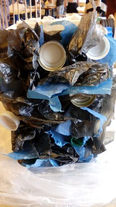 deze kant heb ik volgeplakt met verknipte plastic tassen en nog een paar doppen.