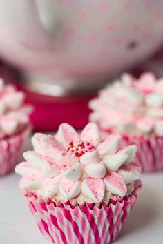 Marshmallow Flower Cupcakes - Beautiful, delicious and fun! A tutorial on the amazingly quick and simple way to decorate beautiful cupcakes! Sweets Recipes, Cupcake Recipes, Cupcake Cakes, Cupcake Ideas, Cup Cakes, Diy Cupcake, Gourmet Cupcakes, Cupcake Party, Salad Recipes
