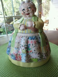 A friend for my other Granny cookie jar. Galletas Cookies, Cute Cookies, Jar Jar, Antique Cookie Jars, Vintage Dishes, Vintage Kitchen, Vintage Items, Vintage Cookies, Vintage Pottery