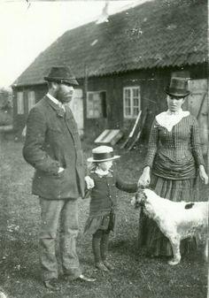 Michael og Anna.Ancher med.deres datter Helga udenfor Havehuset. Familiens første.bolig og her blev datteren født.