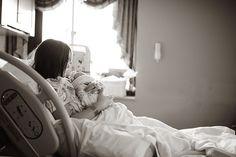 chica en la cama de un hospital sosteniendo a su bebé en brazos