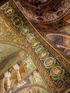 Basilica_of_San_Vitale_-_triumphal_arch_mosaics. Christ and apostles
