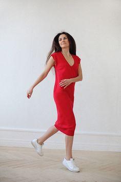 Прямое платье over size. Глубокий V-образный вырез спереди. Резинка по подолу. Вы можете заказать эту модель также с длинным рукавом - напишите об этом в комментарии к заказу.  Состав: 100% хлопок.  Цвет на фото: красный.