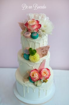 Wedding drip cake with natural flowers  Tarta drip con flores naturales