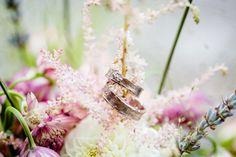 #trouwringen #foto #bloemen #bruiloft #inspiratie Trouwen in Kasteelhoeve de Grote Hegge in Thorn | ThePerfectWedding.nl | Fotocredit: Kim Fotografeert