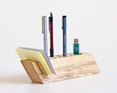 desk organizer handmade from salvaged wood Wood Pen Holder, Pen Holders, Office Organisation, Desk Organization, Wood Crafts, Diy Crafts, Wooden Organizer, Desk Tidy, Small Wood Projects