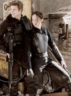 Gale (Liam Hemsworth) and Katniss (Jennifer Lawrence) in Hunger Games