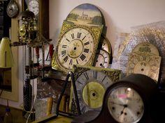 Vakmanschap in restauratie en verkoop van antieke klokken. Elke klok is te repareren én wij geven 2 jaar garantie op alle restauraties. Hier tikt de klok al