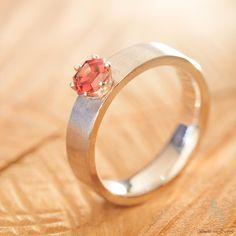 Ring aus 925er Silber mit Spinell http://www.goldschmiede-von-gruenberg.com/ringe-aus-silber/22-ring-mit-spinell.html