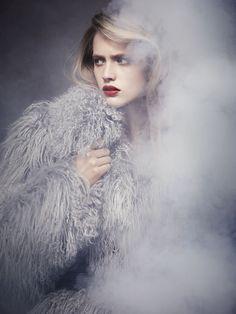 TUNNELMA: Pehmeyttä ja tunnelmaa savukoneella jos mahdollista.    Hanna Wahmer by Ralph Wenig for Soon International #17