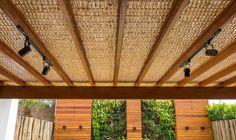 Pergolado de madeira + Forro de bambu + Painel ripado de madeira - #cobrire #deck #decks #pérgola #pergola #pergolas #pergolado #forro #madeira #palha #bambu #bamboo #cobertura #design #arquitetura #paisagismo #decoração #decor #architecture #archilovers #architect #wood #landscape #outdoors #style #life #lifestyle #sun #summer