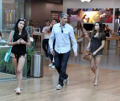 'Casal Bonemer's: William Bonner vai às compras com as filhas no Rio...