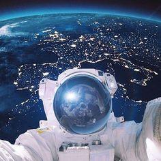 Foto tomada a un astronauta y como fondo la tierra