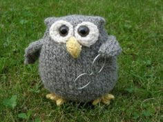 An extremely easy-to-make and cute Owl with a funny face and big sweet eyes, who will make you smile every time you look at him. A companion that will bring tenderness and joy to both children and grown-ups. Owl Knitting Pattern, Animal Knitting Patterns, Owl Patterns, Knitting Yarn, Free Knitting, Baby Knitting, Knitting Stitches, Knitted Stuffed Animals, Knitted Animals