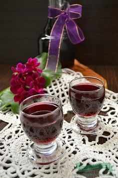 Cu lichiorul de afine inchei seria bauturilor alcoolice din fructe pregatite in casa. In camara mea stau frumusel mai multe sortimente de lichioruri pe baza de fructe pregatite in casa, si care depasesc net ca gust si savoare orice bautura cu fructe din raftul unui magazin. Sunt sigura ca aceste retete va vor ispiti si My Recipes, Recipies, Romanian Food, Red Wine, Pantry, Smoothies, Drinking, Alcoholic Drinks, Cooking