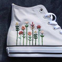 Converse bordado con un logo floral - ideas hermosas y diferentes Floral Embroidery, Embroidery Stitches, Embroidery Patterns, Hand Embroidery, Converse Floral, Diy Converse, Converse Shoes, Floral Sneakers, Women's Shoes