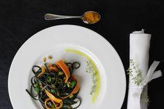 Unsere Möhren-Kurkuma Pasta kreiert eine Harmonie aus europäischen und süd-ostasiatischen Geschmäckern. Ein wahres Fusion-Gericht! Rezept auf https://www.kitchencouple.de/moehren-kurkuma-pasta #pasta #kurkuma #kochen #rezept
