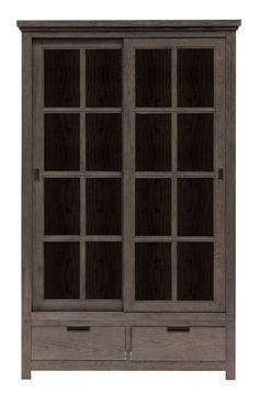 Vail Vitrineskab - Flot vitrineskab i massiv røgfarvet eg. Vitrinen har sprossede skydelåger, der gemmer et stort skabsrum med tre hylder i træ. Nederst i vitrinen finder du to praktiske skuffer til opbevaring af eksempelvis lys og sevietter.