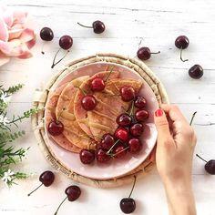 Como ya sabéis, el desayuno es la primera y principal comida del día. Tras un largo periodo sin comer, debemos aportarle al cuerpo los nutrientes necesarios para recuperarse y cargarse de energía para afrontar la nueva jornada.  Un buen desayuno equilibrado y saludable  estaría formado por proteínas, hidratos de carbono y grasas buenas (aceite de oliva, aguacate, frutos secos, etc). Altas en proteína, fibras y antioxidantes, las tortitas o pancakes son una excelente forma de empezar el día…