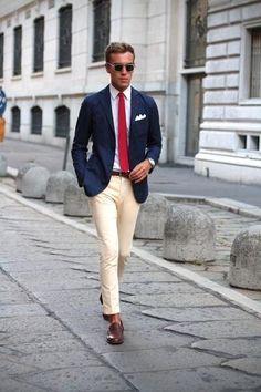 Emparejar un blazer azul marino con unos pantalones beige es una opción estupenda para una apariencia clásica y refinada. Para darle un toque relax a tu outfit utiliza mocasín de cuero marrón oscuro.