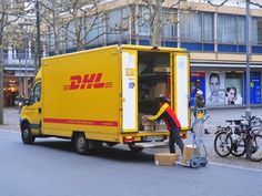 Ein Video zeigt, wie rücksichtslos ein DHL-Bote mit euren Paketen umgeht