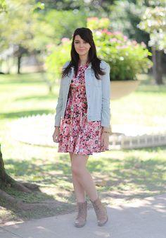 Look do dia: Vestido floral com jaqueta jeans | Just Lia