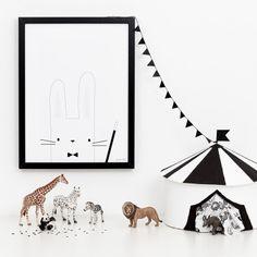 puderwolke fine.art.print - zauberhase Für alle kleinen Zauberer auf dieser Welt. Wer braucht nicht einen kleinen wuscheligen Assistenten, um das Publikum zu verzaubern? Dieser kleine Zauberhase steht dir bei deinem Auftritt im Kinderzimmer gern zur Seite. #kidsroom #puderwolke #studiobrands #circus #zirkus #blackandwhite #monochrome #childrensroom #nursery #fineartprint #minimalisticdesign #scandinavianstyle #walldecoration #minimalist #rabbit