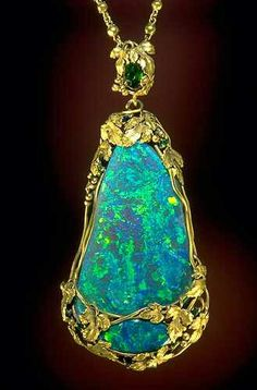 Opal & Gold Necklace. Designed by Louis Comfort Tiffany ( 1915).Courtesy Smithsonian