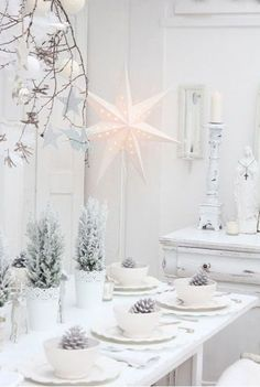 Dreaming of White Christmas: Aw, I love snow and I love how white this set up is! I am not a fan of the elaborate designs, with different colors, and different elements. This one's the best one so far, and I am shocked that this got only 987 repins. I suggest you try this one, it will make your home look more spacious!