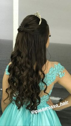 Sweet 15 Hairstyles, Quince Hairstyles, Bride Hairstyles, Trendy Hairstyles, Hair Color Streaks, Hair Color Balayage, Curly Hair Tips, Curly Hair Styles, Bridal Hair Buns