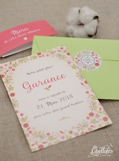 "Tendre faire-part de naissance Petite Fleur, avec une bande ""Merci"" et une petite étiquette festonnée. Rose, papaye et vert. // Adorable floral birth announcement pink, papaya and green, with a thank you paper band and a scallop label.  www.Les-Libellules.fr"