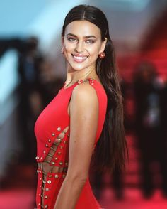 Here's a style file of the Russian beauty Irina Shayk from Red Carpet to Street-style and more. See the brunette looks, Outfits and Clothin. Irina Shayk Dress, Irina Shayk Style, Irina Shayak, Russian Beauty, Glamour, Bradley Cooper, Russian Models, Mode Style, Ideias Fashion