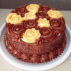 Somlói revolúció (Az ország tortája 2014) elkészítése Hungarian Cake, Hungarian Recipes, Cookie Recipes, Dessert Recipes, Chocolate Cherry Cake, Cake Decorating For Beginners, Rosette Cake, Torte Cake, Elegant Cakes