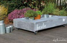 Une table jardinière avec une palette