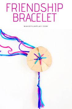How to make a friendship bracelet with a cardboard loom is part of Circle Cardboard crafts Here is a simple and fast way for the kids to make some friendship bracelets, the bracelets are woven on a - Yarn Bracelets, Kids Bracelets, Diy Bracelets Easy, Bracelet Crafts, Simple Friendship Bracelets, Easy Yarn Crafts, Easy Crafts For Kids, Craft Activities For Kids, Preschool Crafts