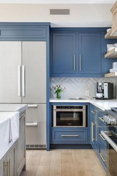 23 photos & tips for implementing shaker cabinets in your kitchen. Treatment Projects Care Design home decor Layout Design, Küchen Design, Home Design, Armoires Shaker, Kitchen Dining, Kitchen Decor, Blue Kitchen Ideas, White Shaker Kitchen, Shaker Kitchen Cabinets