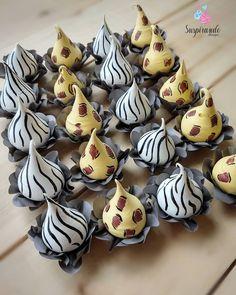 """Dani Raissa on Instagram: """"Hoje é dia de #Safari e a mamãe apenas me disse: faça o bichinho que quiser! 😄 Confiança é tudo né?! 😍 Fiz essas gotinhas, foram pintadas…"""" Meringue Pavlova, Meringue Desserts, Meringue Cookies, Yummy Cookies, Mini Pavlova, Macaroons, Jungle Cake, Meringue Kisses, Rainbow Cupcakes"""