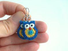 Crochet owl earrings blue and yellow owl earrings door MikiJensen