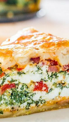 This Spinach Ricotta Brunch Bake recipe is the perfect casserole to make for your weekend brunch. This is a dish that can be made ahead. Breakfast Desayunos, Breakfast Dishes, Breakfast Recipes, Brunch Dishes, Breakfast Casserole, Quiche Recipes, Brunch Recipes, Brunch Ideas, Luncheon Recipes