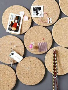 runde pinnwände aus kork, markiernadeln, fotos, schlüssel, wanddeko