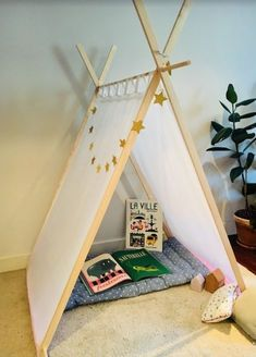 Tutorial: Build a pretty wooden cabin tent for only 30 euros – little girl rooms A Frame Tent, Diy Teepee, Cabin Tent, Kids Tents, Camping Table, Wooden Cabins, Kabine, Little Girl Rooms, Diy For Kids