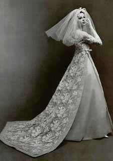 Jacques Heim P/E Photo Philippe Pottier. Retro Wedding Dresses, Vintage Inspired Dresses, Vintage Dresses, Vintage Outfits, Wedding Designs, Wedding Styles, Old Wedding Photos, Jacques Heim, Vintage Wedding Photography