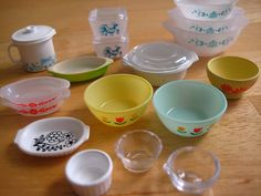 Miniature - Re-Ment Mix: Vintage KitchenwareOh darn - mini Pyrex to collect too? Color me tickled pink.a-mini-a-day: Via another pinner who said, Just found out Rement does miniature vintage things. Love the petite Pyrex dishes!Modern Miniatures of V Miniature Kitchen, Miniature Crafts, Miniature Food, Miniature Dolls, Diy Dollhouse Miniatures, Vintage Dollhouse, Mini Kitchen, Miniature Houses, Miniature Furniture