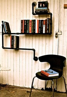 industrieel boekenrek This Industrial Style Bookshelf, is a great conversation piece that turns heavy iron piping into a modern urban look that will add a sense of history and character to any space. This is an extremely versatile design that can hold books in so many ways, shapes and forms that the possibilities are practically endless.