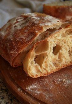 Вкусный и красивый хлеб, кусочек так и просится в духовку подрумяниться, а потом натереться ароматным чесноком, укрыться печеным перцем, сладким помидором и…