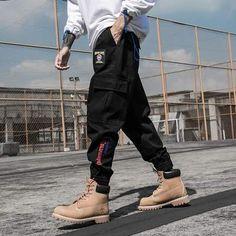 Pantalon style streetwear asiatique pour un look tendance.  Ce vêtement est en taille asiatique, donc nous vous conseillons de prendre une taille au dessus. Par exemple si vous portez S, prenez du M. Ou suivez le guide des tailles pour trouver votre taille.Meilleure Boutique STREETWEAR Pantalon Streetwear, Style Streetwear, Camouflage Pants, Camo Pants, Jogger Pants, Joggers, Fashion Pants, Mens Fashion, Pantalon Cargo