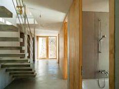 Wohnhaus am Hang, Wyhlen: moderner Flur, Diele & Treppenhaus von GIAN SALIS ARCHITEKT