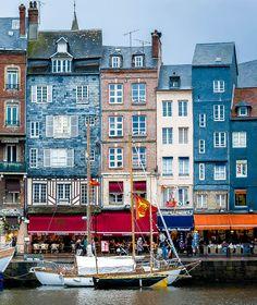 Les #maisons #colorées d'#Honfleur émerveillent depuis toujours artistes et visiteurs.  #explore #travel #harbour #boat #sea #home #architecture #tourism #Normandy #Normandie #France