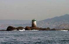 Faro de los islotes Serralleiras. Entrada Ría de Vigo por el S / Galicia / Spain